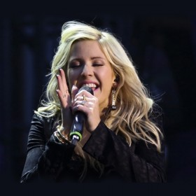Ellie Goulding with her DPA d:facto Vocal Mic
