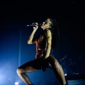 FKA twigs and her DPA d:facto on Sennheiser Wireless