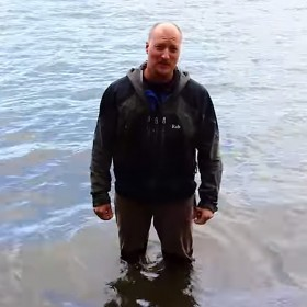 David Harcombe tests the DPA d:screet™ Heavy Duty 4061 Mic in river water